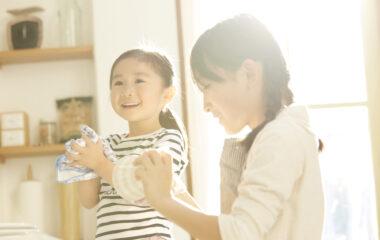 子どものお手伝いデビューに!任せるメリットと年齢別のおすすめ家事